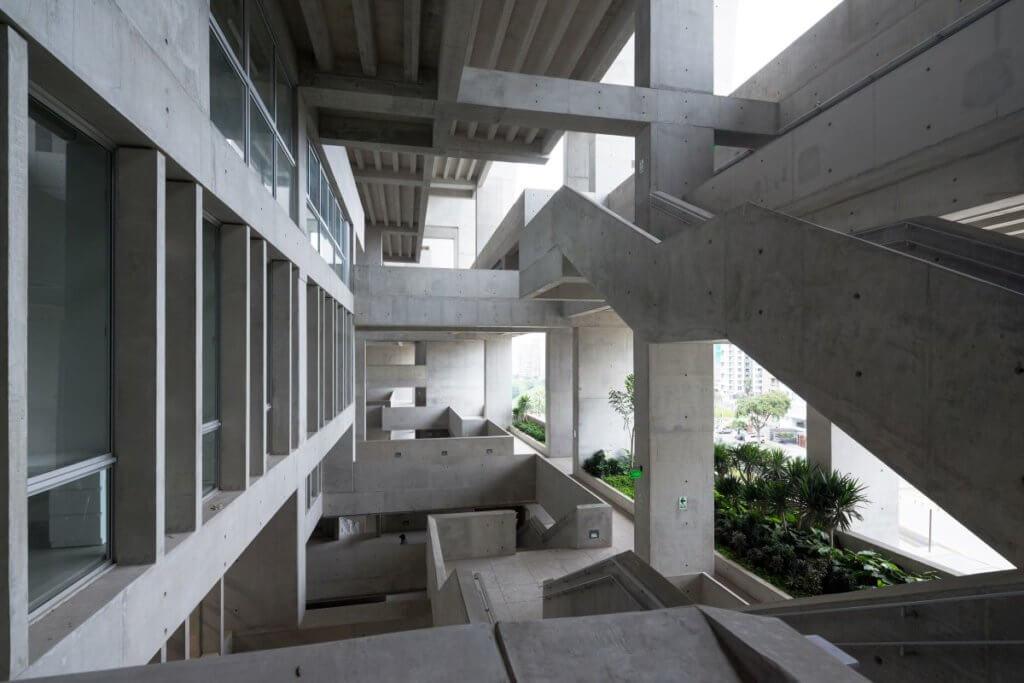 利馬的UTEC內部充滿複雜的樑柱,如像一個走得進去的雕塑。(攝影師:Iwan Baan)