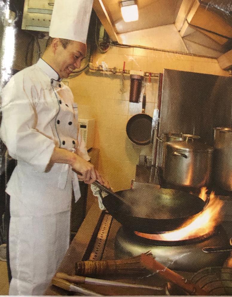 盧偉權每個星期六都會煮五十份午餐給獨居長者吃,「暖心餐」款式每星期不同,而且切合老人家需要,絕不馬虎。
