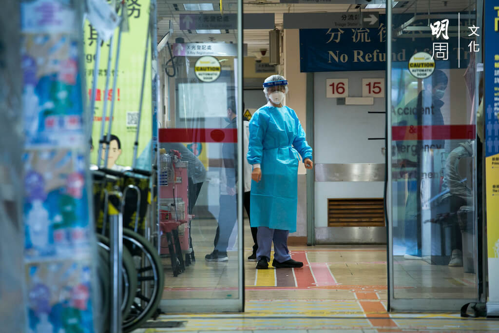 香港政府不願封關,本已負荷過重的醫療系統難以承受大型爆發。醫護人員曾因此發起首次罷工。
