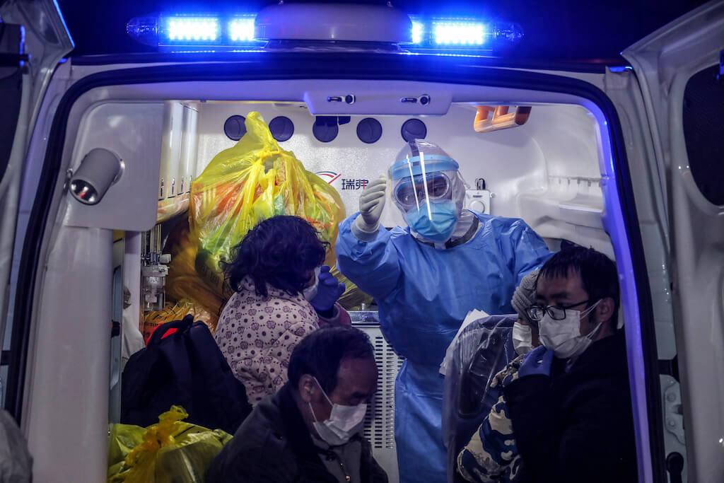 武漢第五醫院的醫護人員,安排病人轉送至火神山醫院。(圖片/法新社)