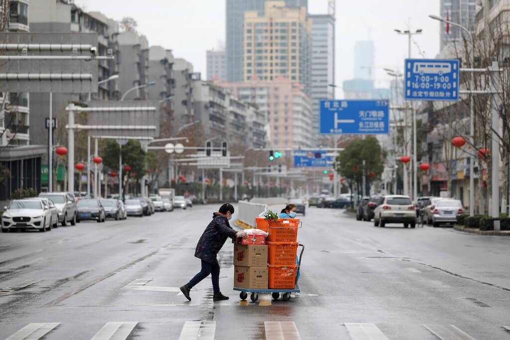 封城令下,武漢人每次出門都要購買足夠一家人食用幾天的糧食。(圖片/法新社)