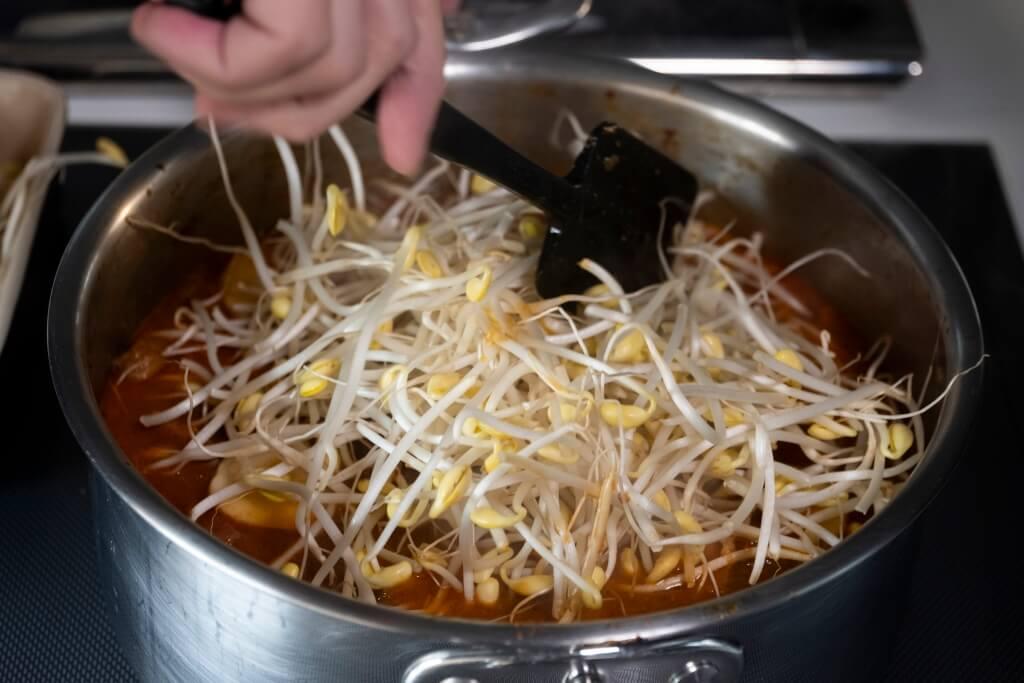 加入大豆芽,當它飽吸豬骨 肉湯後,更惹味。