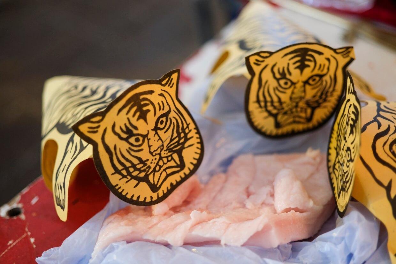 送件肥肉入虎口,祈求白虎食飽便不張口咬人。