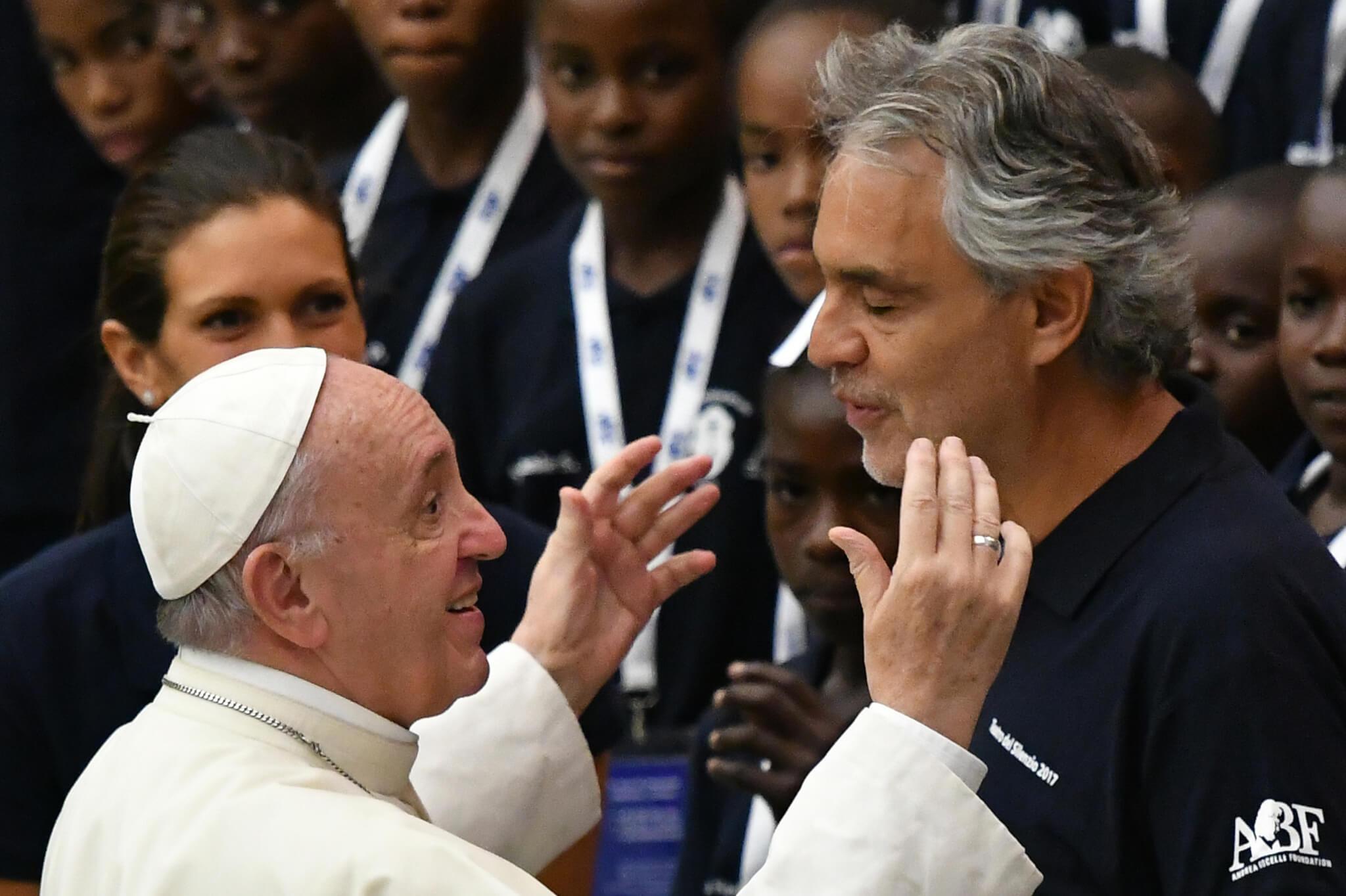 二零一七年,教宗方濟各曾向安德烈.波伽利( Andrea Bocellias)致敬。