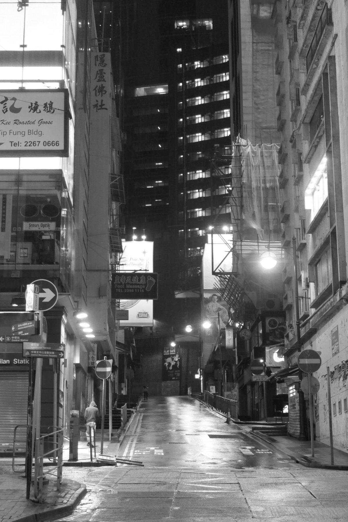 2020年4月5日星期日,是香港七人欖球賽原定舉行的最後一天,蘭桂坊本來會水洩不通。今年,中環的街道因為限聚令和多項公眾活動取消變得杳無人煙。(攝於2020年4月5日晚上10時30分,香港中環德忌笠街。照片由作者提供)