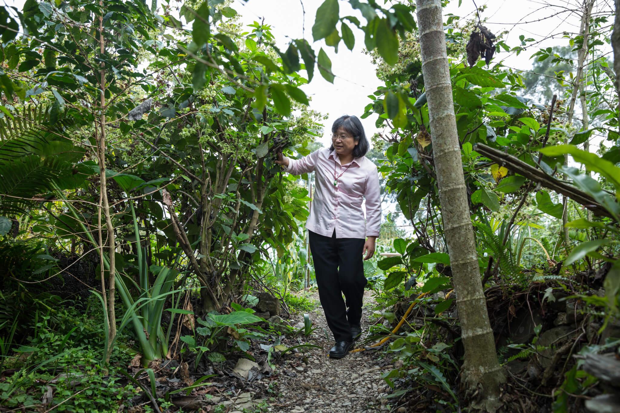 學者陳美惠經常翻山越嶺深入部落,陪伴族人找到自我價值,留在原鄉生活。