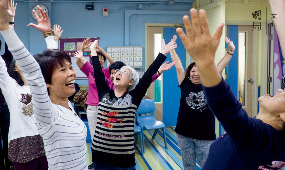 康復者融入社區,與街坊一起學習瑜伽。