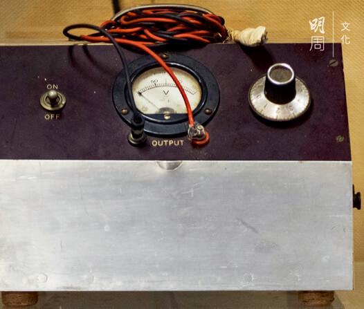 1960年代的電擊治療器 ─ 隨身施行厭惡治療法之儀器,可以電擊皮膚產生不同程度之痛楚。據說此儀器是六十年代青山醫院某院長所設計,交由政府機電署製造。 後來其電極更經青山醫院首位臨牀心理學家黃熾榮博士改良,提高其安全性。