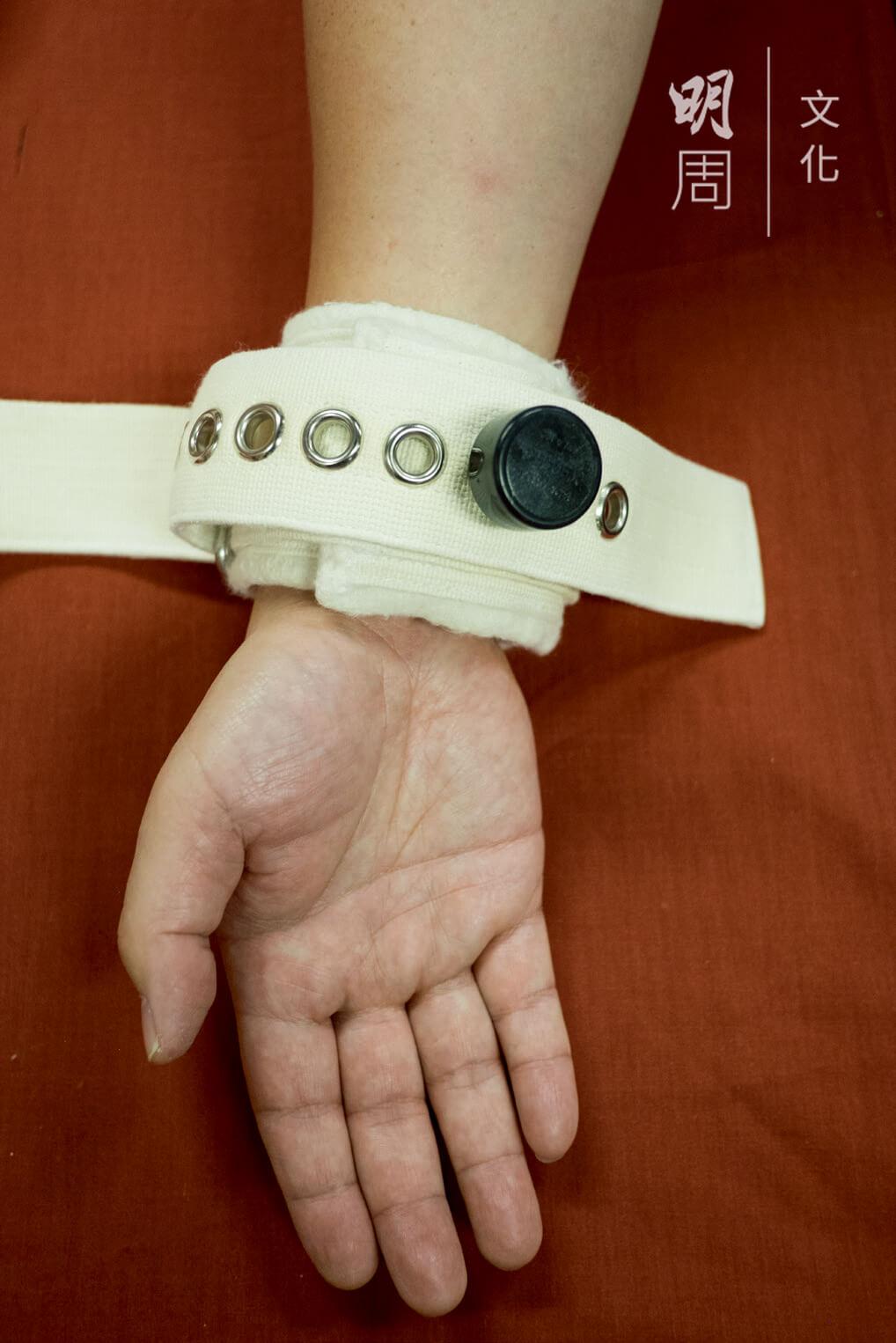 磁力約束帶 ─ 2000年購買,代替了使用三角繃帶約束情緒不穩定的病人。此類約束帶以鈕形磁力鎖將之繫穩,要用特製的磁力鎖匙才可將鎖開啟。