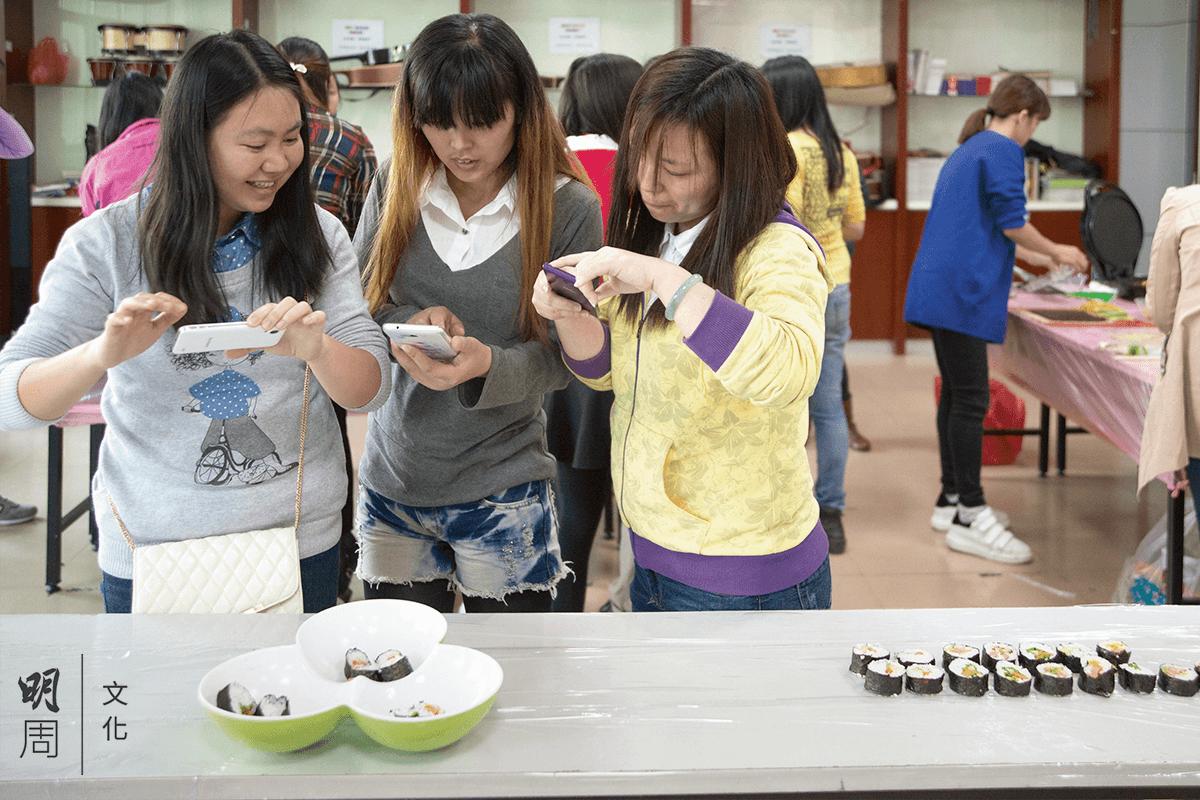 新時代的女工生活更加豐富多元,女工在學做壽司,做完立即拍下分享。