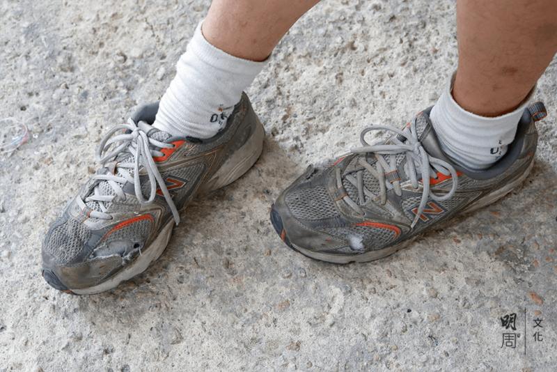 鞋子上有幾個破洞,看見襪子。豹哥幽默一笑: 這樣夠通風。