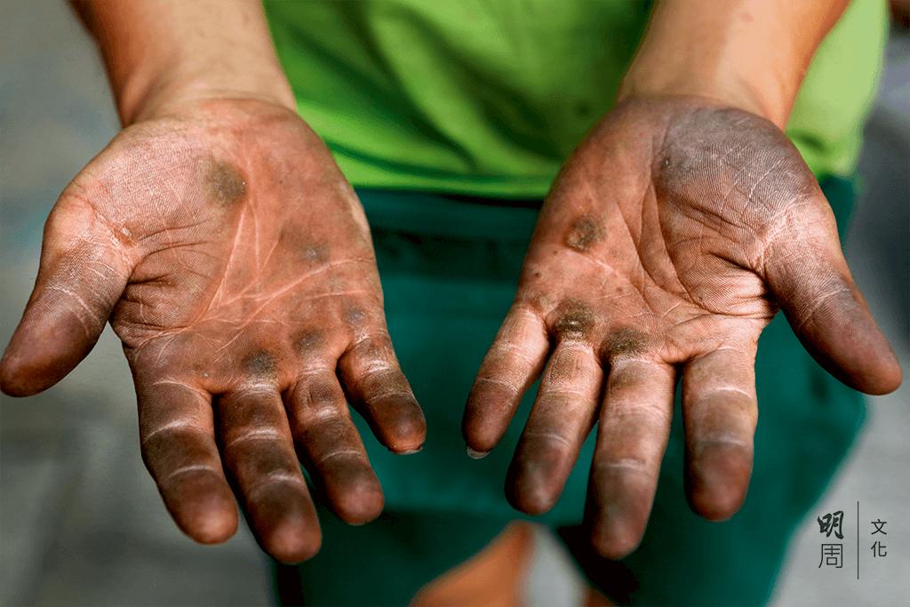 豹哥同事的一雙手,可以洗乾淨塵埃,洗不去 深灰色的老繭。