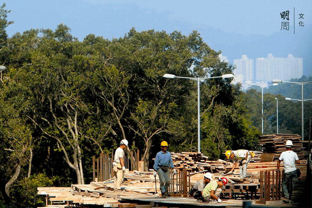 有人把建造業工人比喻為「沉默的脊樑」,他們 是城市高樓大廈、道路橋樑的建設者,卻往往 不是繁榮的享用者。