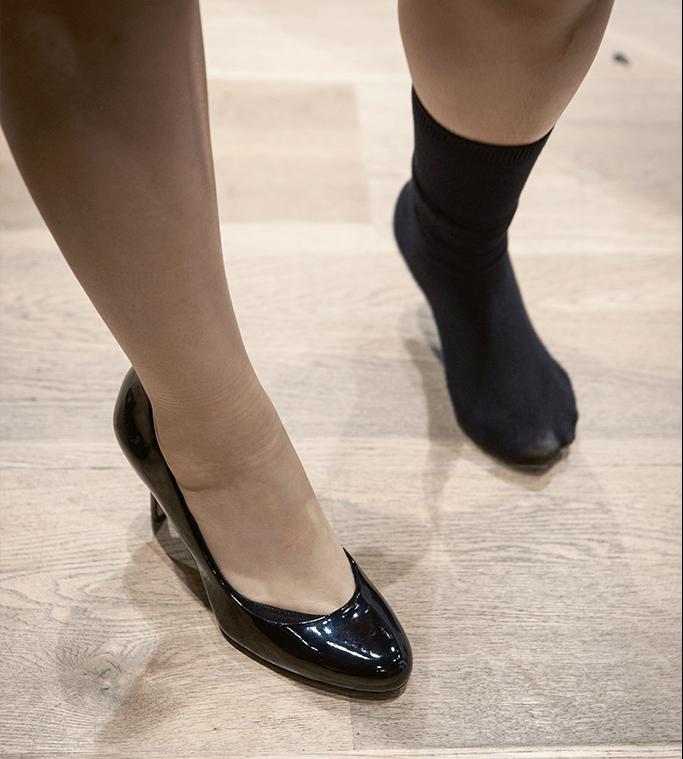 聽約會指導的建議,買 了雙三吋高跟鞋。