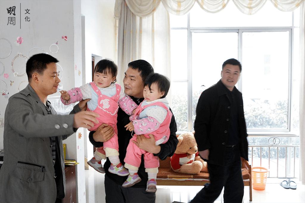 都江堰的孩子們都喚劉猛(中)叫做「劉爸爸」