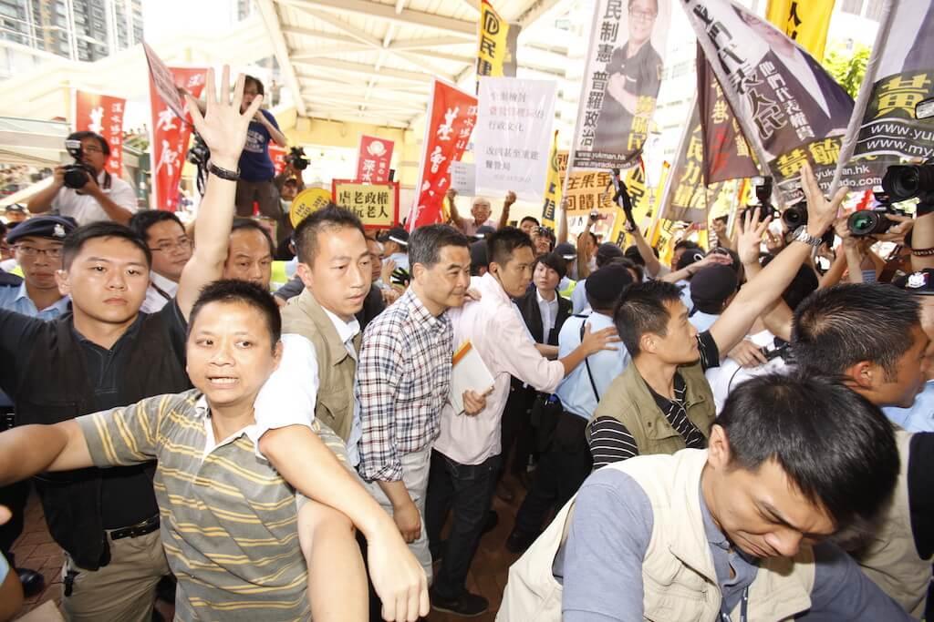 黃肇鴻說,在民政署工作時眼見政治助理要安排支持者在諮詢會「造勢」,令他覺得制度已開始崩壞。(來源:法新社/EyePress/Sunny Mok)