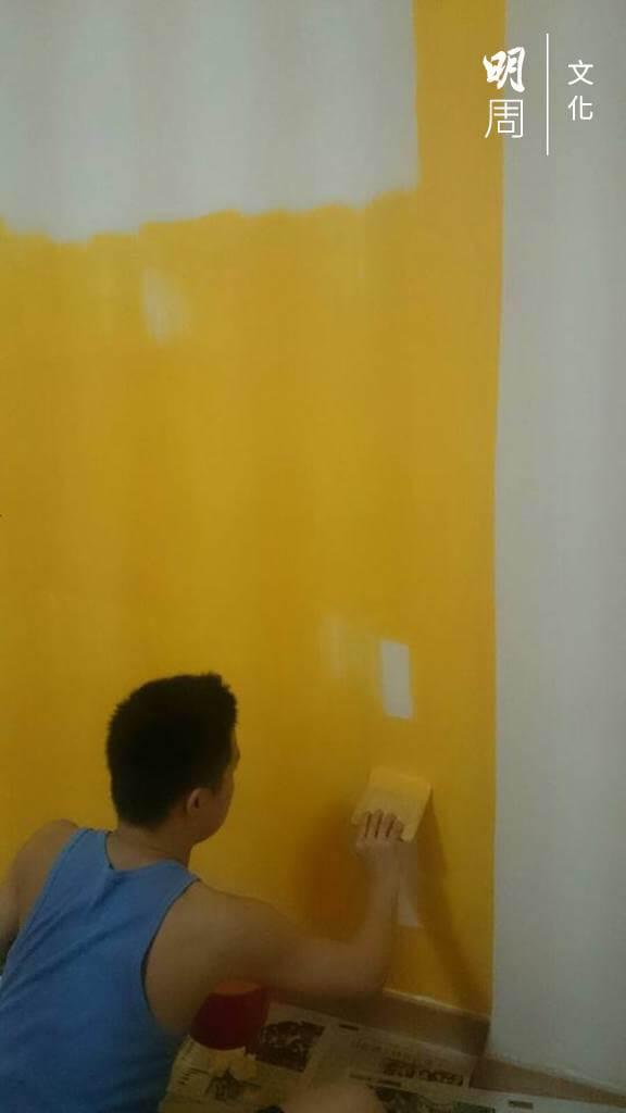搬出來自住,為房間漆上醒目的蛋黃色,是黃肇鴻的成人禮。