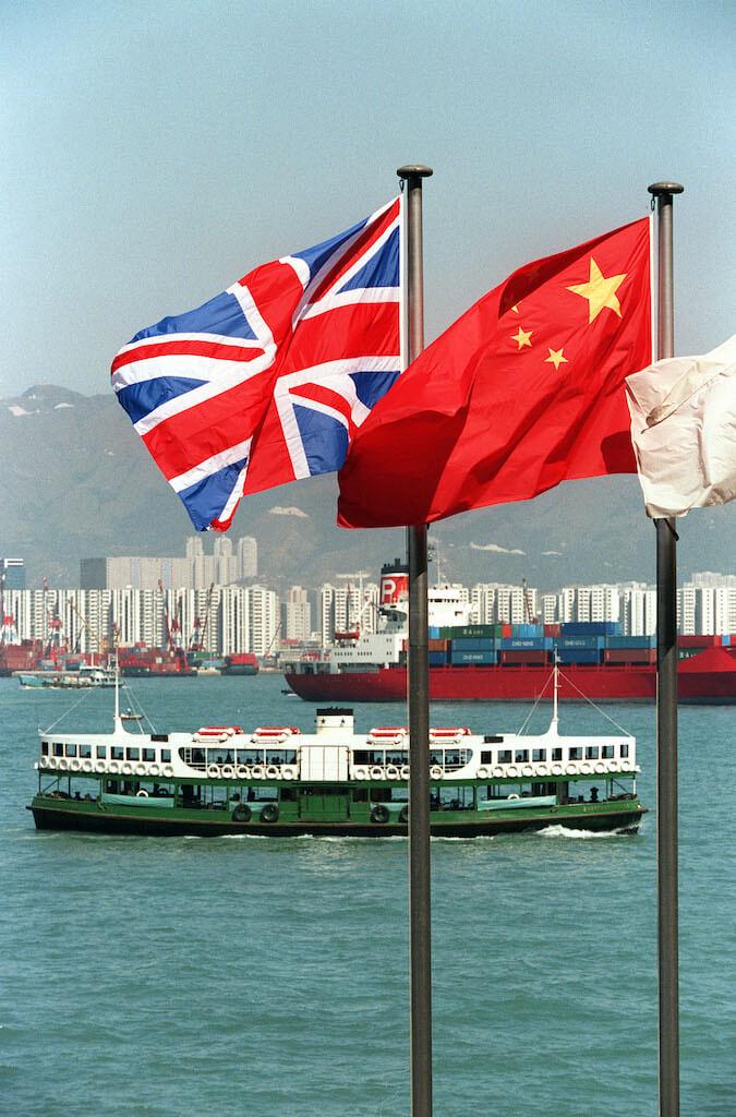 中英角力,蔡芷筠記得當年曾出現一種講法,呼籲香港人不要移民,要留港打拚。(來源:法新社/MIKE FIALA)