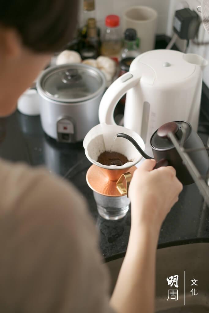 最近因為新型冠狀病毒的疫情減少外出,加上為了不再光顧連鎖咖啡店,蔡芷筠學會了手沖咖啡。