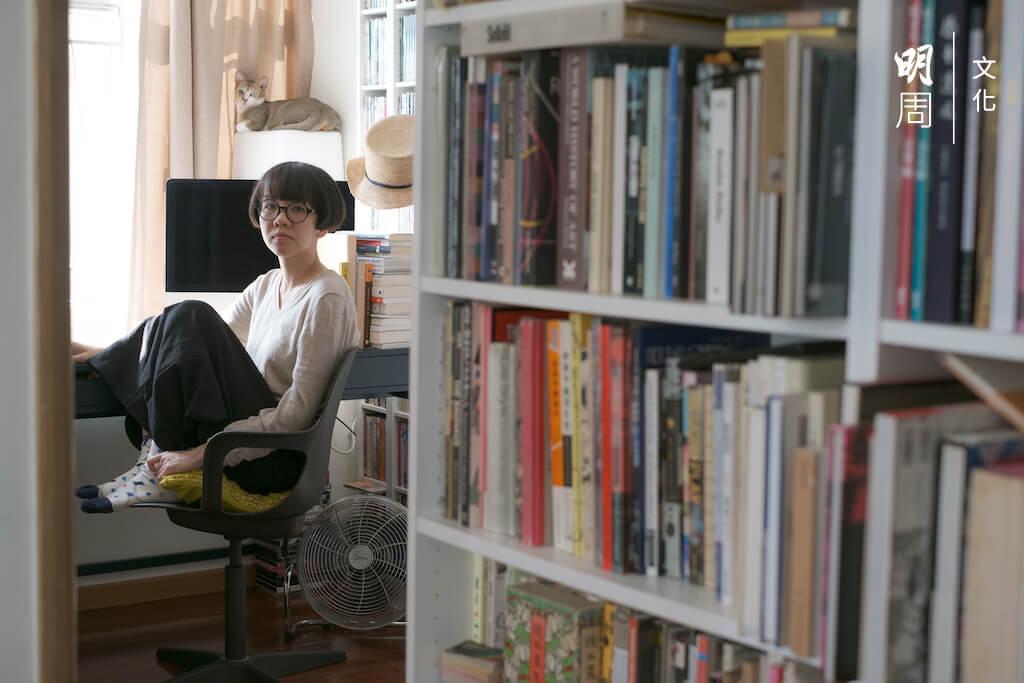 蔡芷筠喜歡蜷縮雙腳坐,就像一隻貓,敏銳地觀察着這個世界。