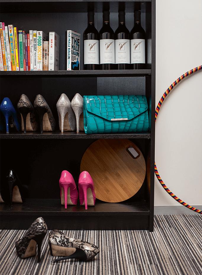 辦公室書架上must have:兩性關係的書、高跟 鞋、紅酒、宴會手提包、減肥呼啦圈、磅秤……