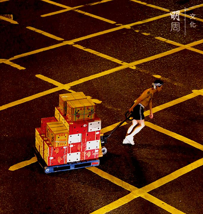從卸貨處搬到果欄,一箱水果的搬運勞力值兩元左右。