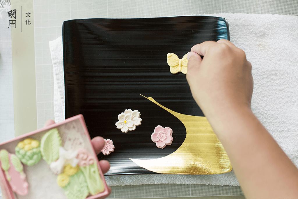 夏季的菓子,精心擺放在菓子盤,與圖案相得益彰。