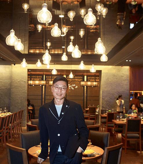 關永權經營的泰國餐館,用鎢絲燈泡營造繽紛熱情的東南亞氣氛。