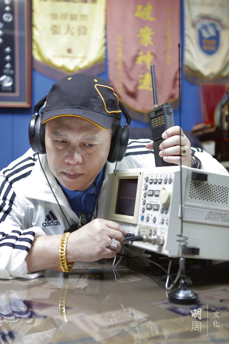 用頻譜分析儀,檢測附近是否有針孔鏡頭,可以接收竊聽器,為反偷拍偷聽所用,現在仍有使用。
