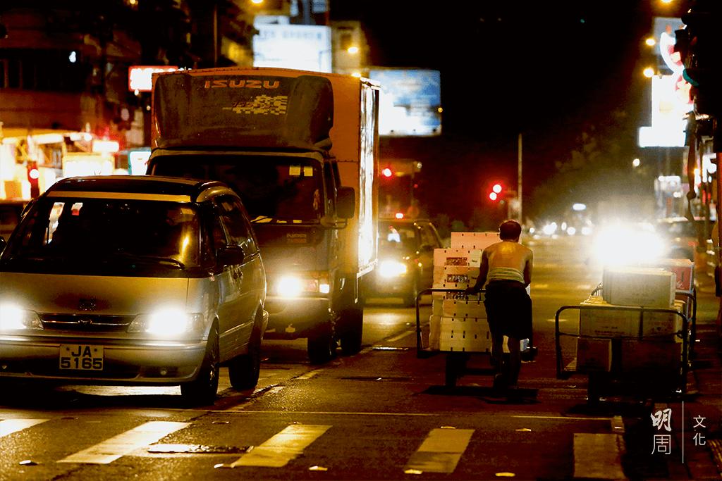 在馬路上運貨,與車輛並行,有時候要左躲右閃。