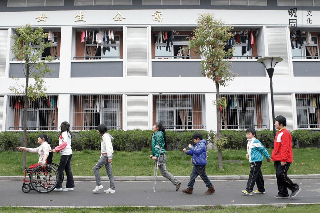 這三年,地震截肢孩子們學會忍受錐心疼痛,學會戴着義肢去重新學走路。
