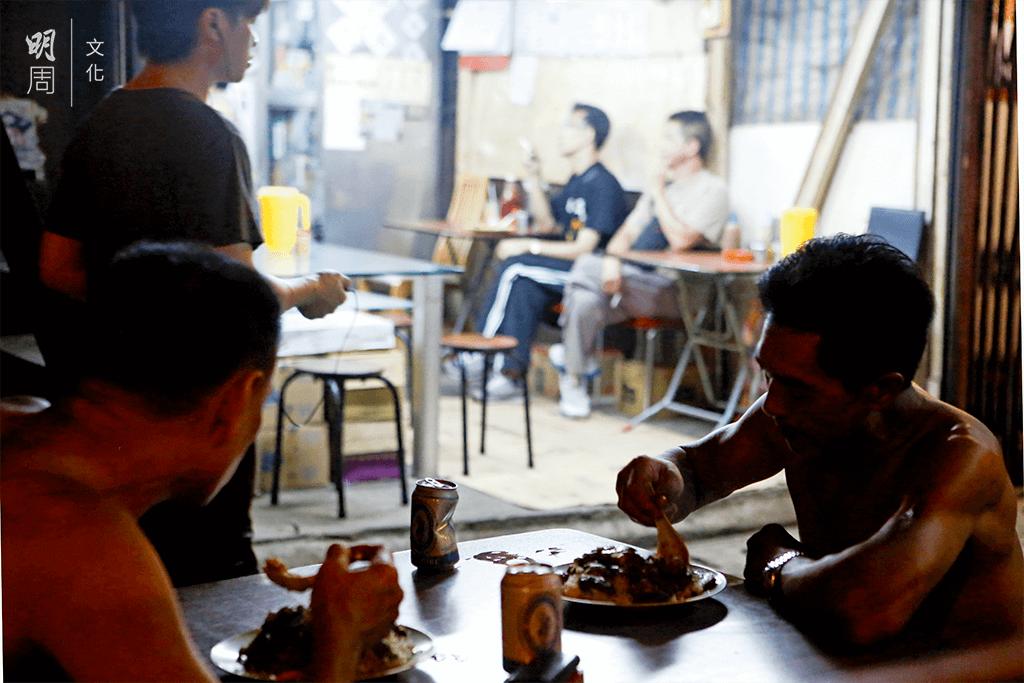 收工了,與工友坐下來喝杯啤酒,吃一 道小菜。勞力是為了這份簡單的生活。