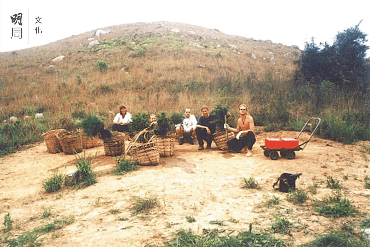 1997年之前,南丫島榕樹灣北部的山頭光禿 禿,4月開始植樹,Bobsy Gaia及團隊許下 心願種出一片森林。(圖片由受訪者提供)