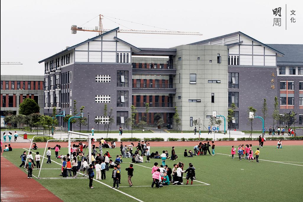 不少重建的小學都有塑膠跑道和足球場,環境設備一流。