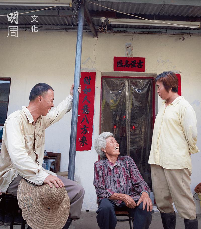 兄妹與母親話家常。回歸田園,讓一家人的關係更加親密。
