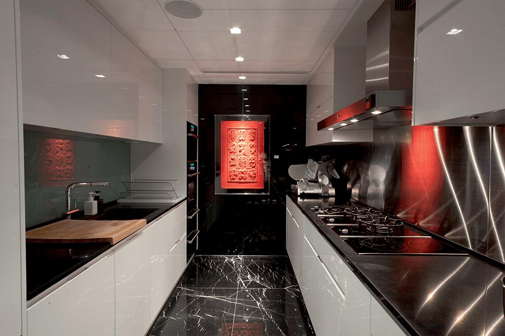 慳電膽在燈光設計師家中無立足之地,連廚房燈都需要LED 和石英燈遙想呼應。短暫停留的時候,並不需要燈火通明,只需點亮15 瓦的LED 已足夠。
