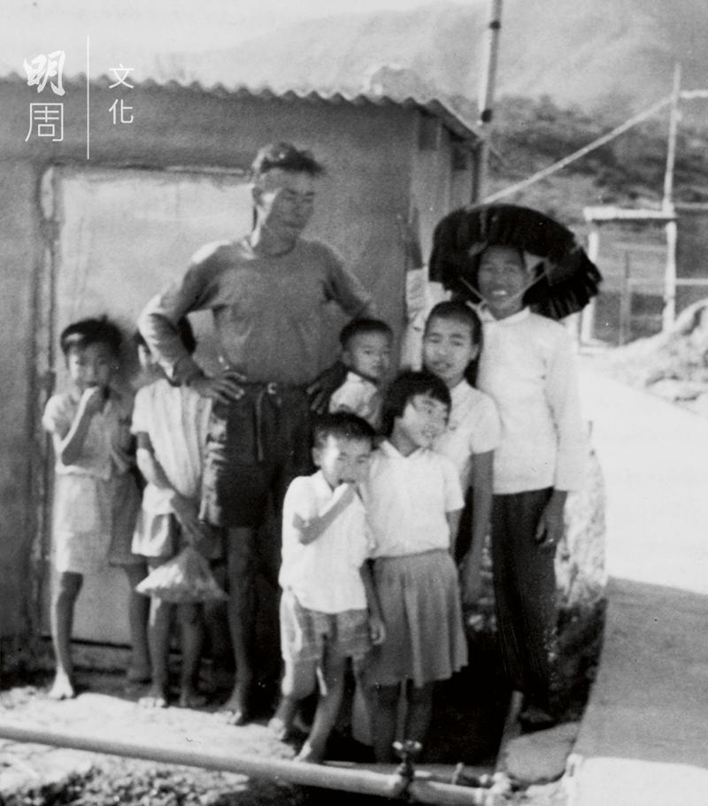 四十年前,黃如榮一家人在家門口留影。還是這塊土地,還是這份情義。