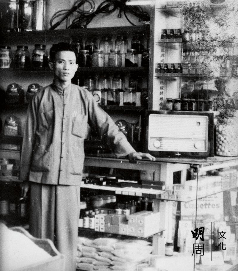 五十年代的馬振興站在店門口留影,身後是一罐罐的種子。