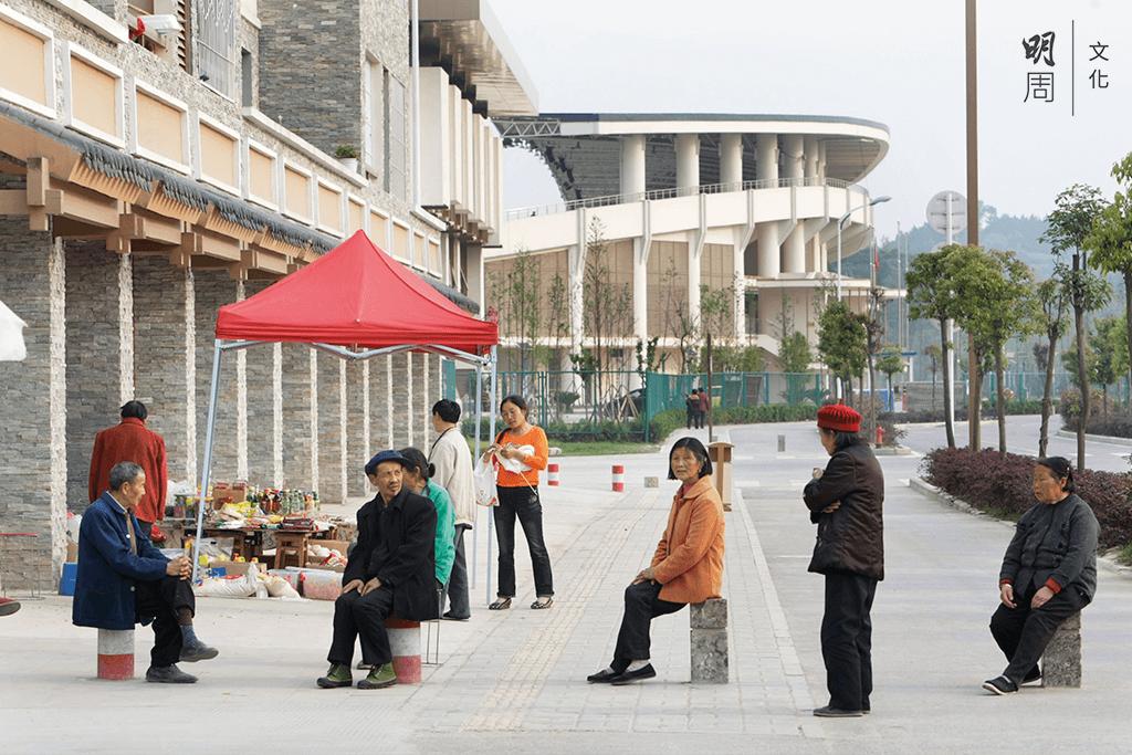 政府稱會「堅持城鎮重建和產業重建相結合」,在新縣城建設了農業產業示範園、山東工業園、商業步行街等重大產業設施,供約 15,000 個就業崗位。