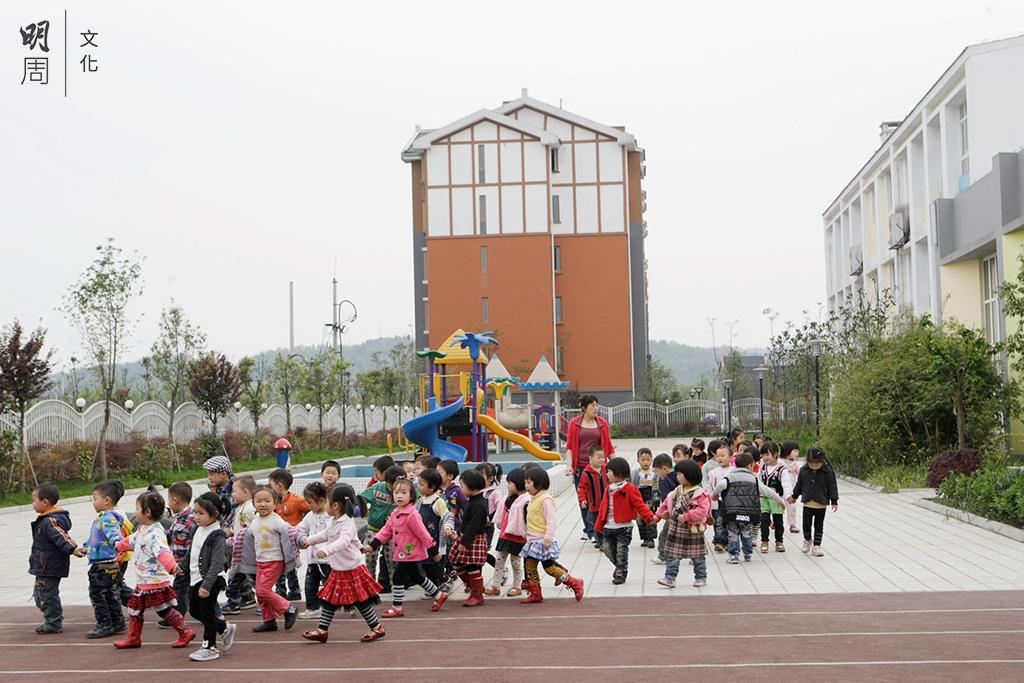 永昌鎮按照居住小區的標準配套建設學校、幼兒 園、醫院、文化、商業等各項公共服務設施。