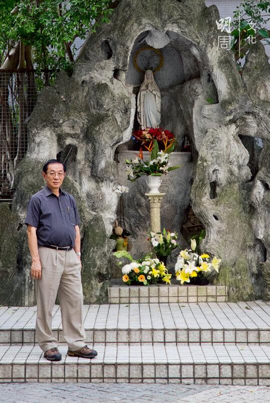 黃建霖說他身後的聖母山還是六十年代的樣子,只是旁邊的水池拆了。