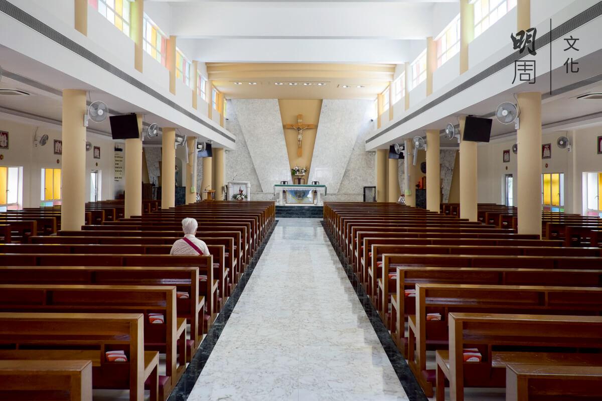 1960年改建的新聖堂為了節約經費,少用鋼筋,反而用了很多柱子。