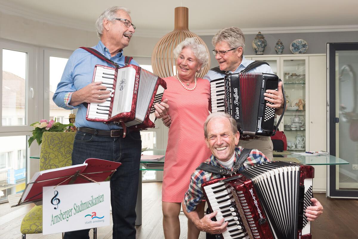 德國長者Aline Zumbülte激勵三位曾身陷困境中的伯伯用音樂驅散陰霾。 圖片來自《看見生命的火花:德國高齡社會紀行》攝影 李漢斌