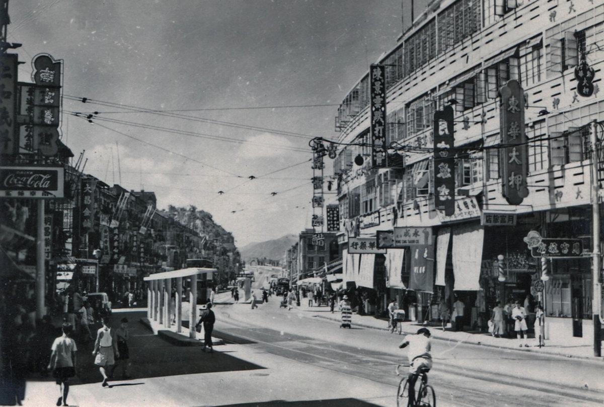 西灣河聖十字徑附近,1950年代。(轉載自:《香港電車:叮囑110年》)
