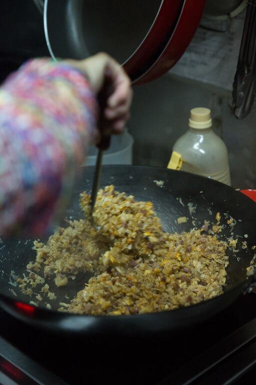 清明粄有不同的配方,有的沒有餡料,只在糯米糰中加糖蒸,部分客家人會加菜脯、蘿蔔製鹹 食。蘇媽媽為了更好吃,於是加入甘香的鹹蛋、菜脯、叉燒、蝦米和瑤柱提鮮,口感、味道更見豐富。