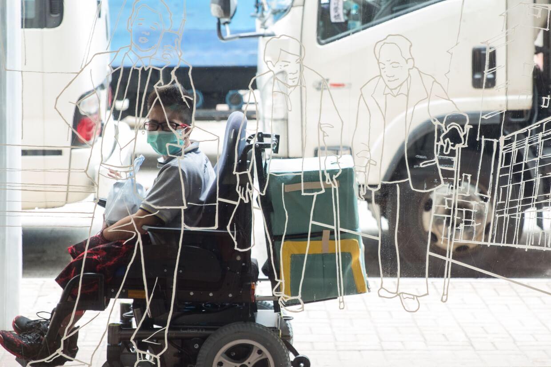從上海街618號到康德思酒店的路途不遠,但第一次自行擔起外送工作的Alison仍略顯緊張。鼓起勇氣,發動輪椅車轆在鬧市前行。