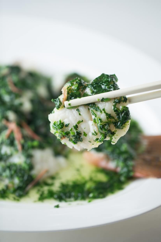 薺菜星斑 // 揚州人愛河鮮,一般會以薺菜切碎伴河魚。來到愛海鮮的廣東之地,便改配星 斑。當薺菜碎煸香後,便會放魚片以文火煮,把青青菜香引入魚中。($800)