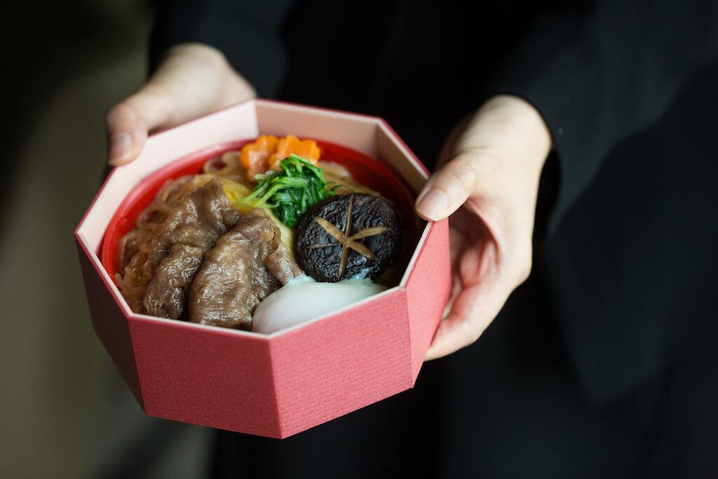 熊本和牛壽喜燒便當//肉味濃郁的柔嫩熊本牛配合甘香的醬汁,配飯最香。點睛處在於溫泉蛋,飯粒口感更多了一種厚滑。($320)