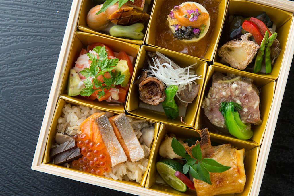 大廚高級懷石料理便當 //食物款式更多,用料更講究。北海道海膽布甸配島根縣產魚子醬、 鮑肝醬汁配煮鮑魚 、松葉蟹沙律、燒喜之次、酒漬三文魚子等,鮮味十足。($780)