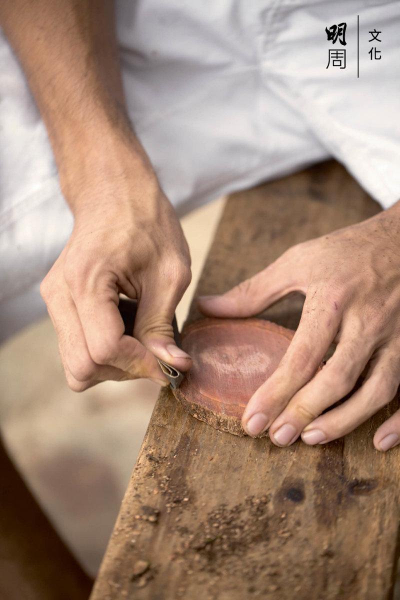 他喜歡收集社區中木頭種類,新撿來的龍眼木,可以造成樣板。